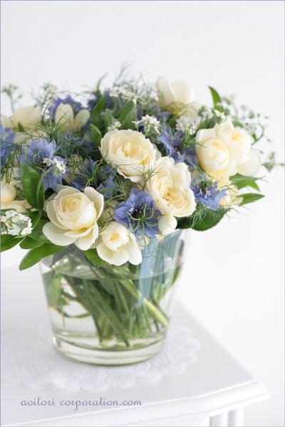 白いバラ、青いニゲラ、白いワスレナグサ